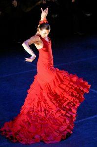 Stolze Tänzerin in rotem Flamencokleid
