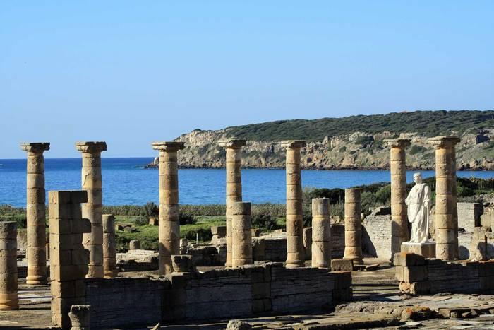 Guterhaltene Säulen der Ruinenstadt Baelo Claudio
