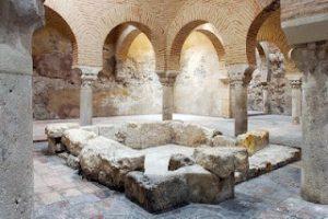 Innenhof mit Säulen in den Arabischen Bädern von Jaen
