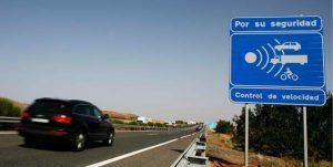 Radarhinweisschild auf der Autobahn