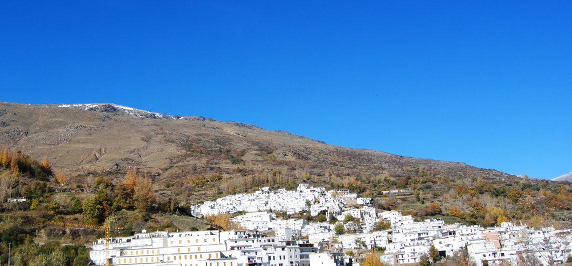 Blick auf ein weisses Dorf in der Alpujarra