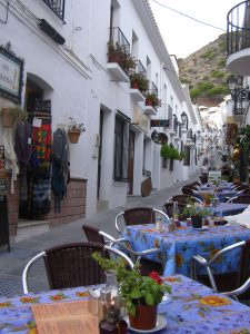Gasse mit Restaurants in Mijas Pueblo