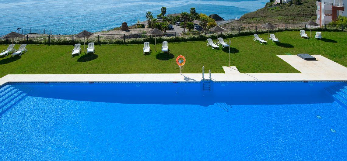 Blick auf die Pool- und Gartenanlage