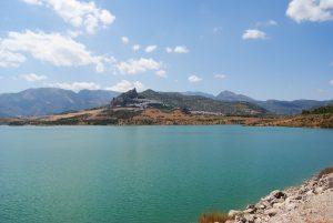 Blick auf das weisse Dorf Zahara de la Sierra