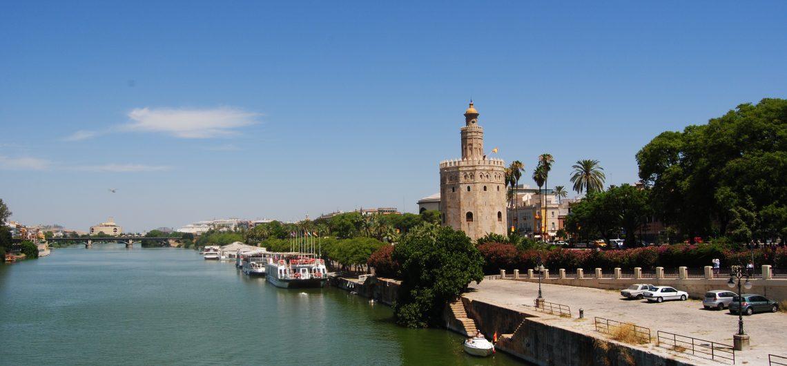 Der goldene Turm am Flussufer