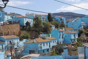 Blick auf das blau angestrichene Dorf
